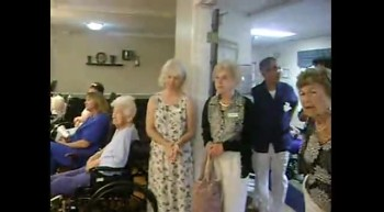 Estrellitas y Jonatan sing to the elderly