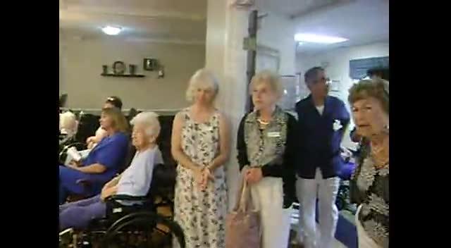 Estrellitas y Jonatan sing to the elderly