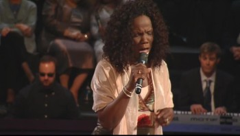 Lynda Randle - At Calvary (Live)