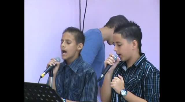 Jovenes adorando a Dios