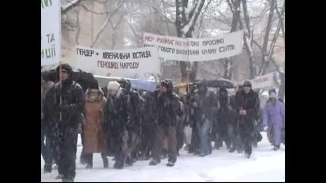La discriminación continúa: los fieles en la calle y en la nieve de nuevo