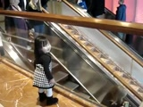 Little Girl Gives Strangers At The Mall The Sweetest Goodbye