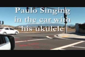 Paulo cantando e dirigindo