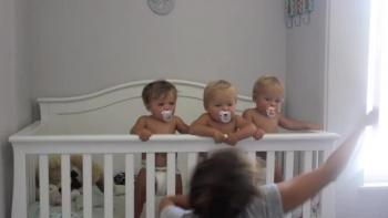 Mom entertains triplets with hilarious dance moves